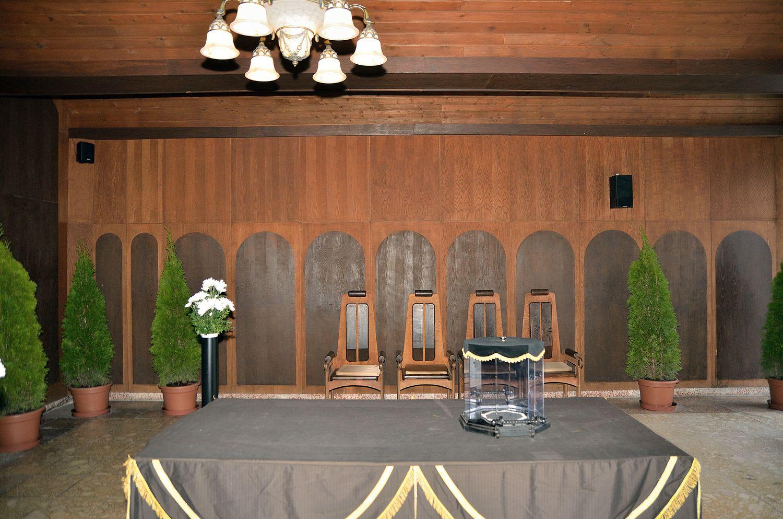 Gyászolói férőhelyek száma: 54 | Ülőhelyek száma: 14