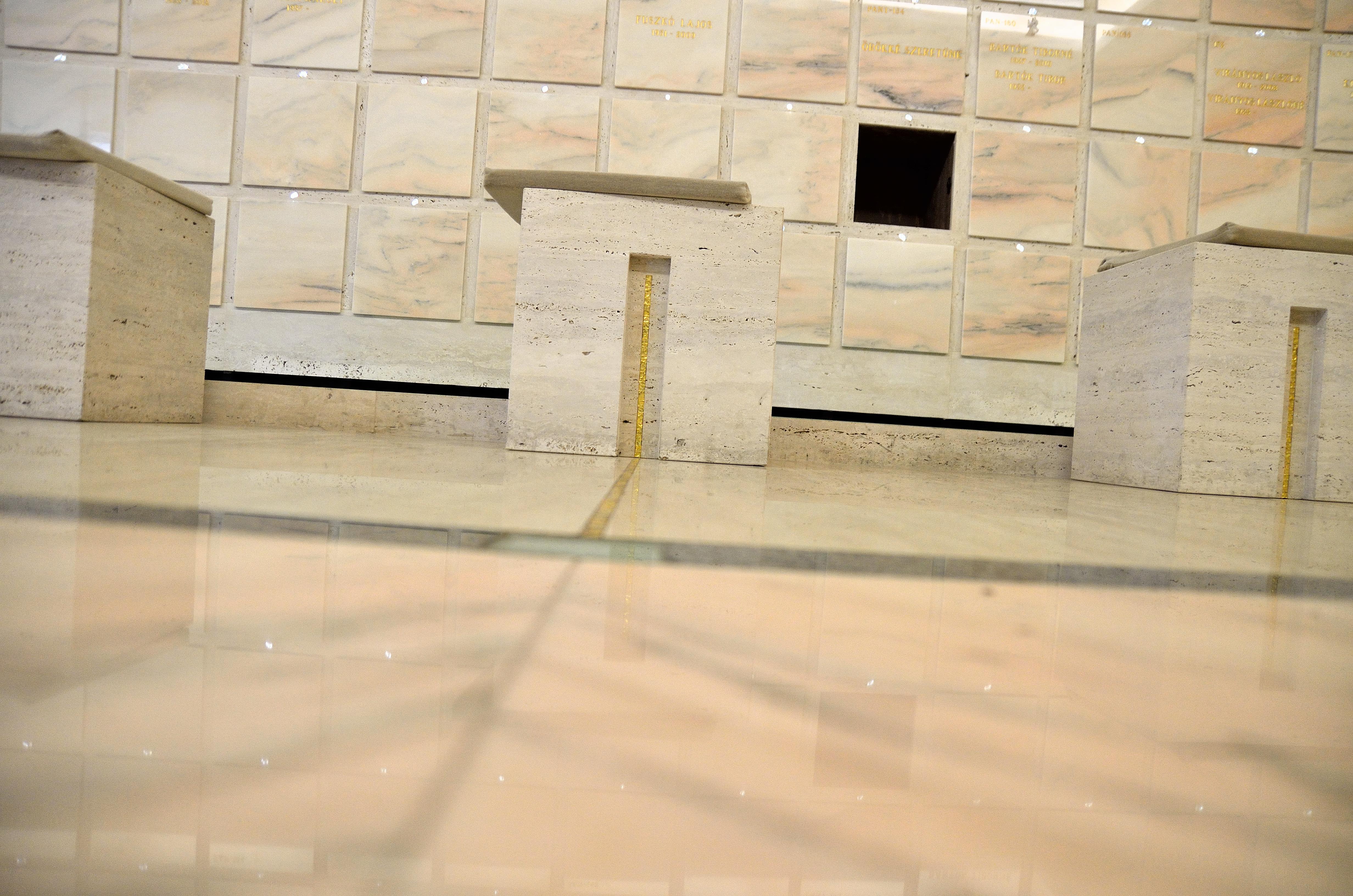 Gyászolói férőhelyek száma: 69 | Ülőhelyek száma: 19