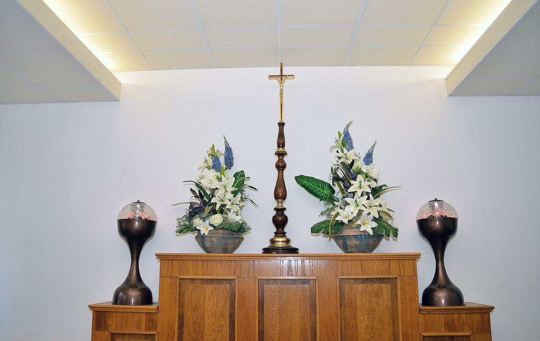 Gyászolói férőhelyek száma: 165 | Ülőhelyek száma: 45