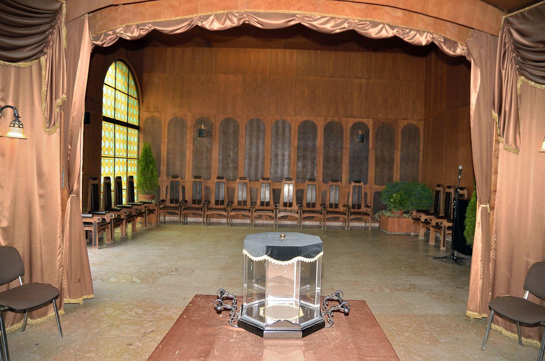 Gyászolói férőhelyek száma: 98 | Ülőhelyek száma: 28
