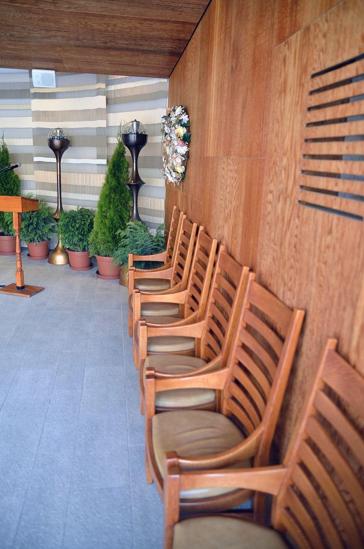Gyászolói férőhelyek száma: 42 | Ülőhelyek száma: 8+20