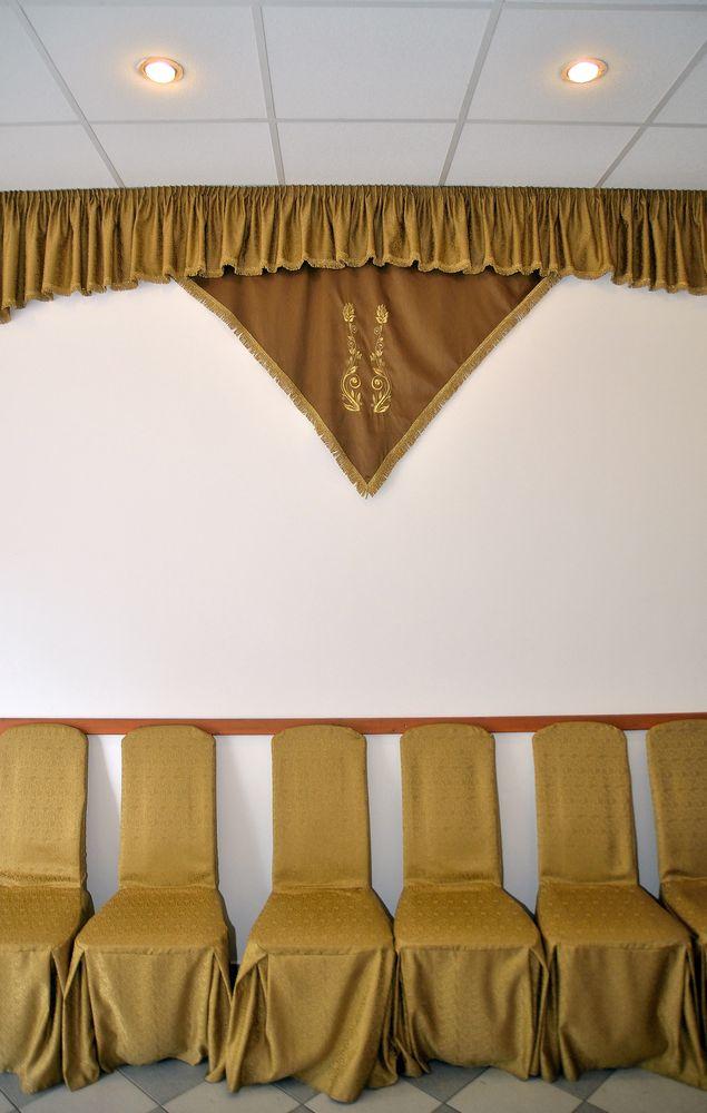 Gyászolói férőhelyek száma: 34 | Ülőhelyek száma: 14
